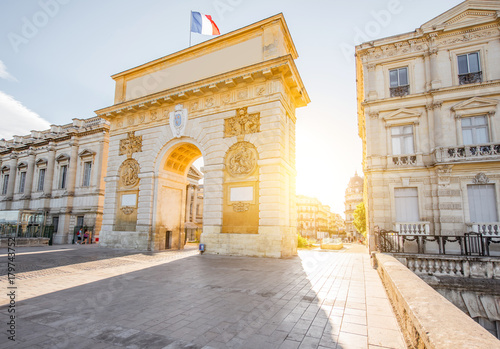 Papiers peints Con. ancienne Street view with Triumphal Arch during the sunrise in Montpellier city in Occitanie region of France