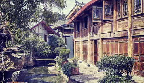 Zdjęcie XXL Retro stylizowany obrazek wąska pusta ulica Lijiang, Chiny.