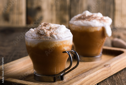 Photo  Pumpkin spice latte with whipped cream and pie spices