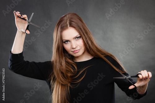 Fotodibond 3D Fryzjer żeński fryzjer z nożyczkami.