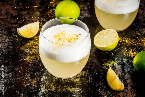 Fotografia Peruvian, Mexican, Chilean traditional drink pisco sour liqueur, with fresh lime