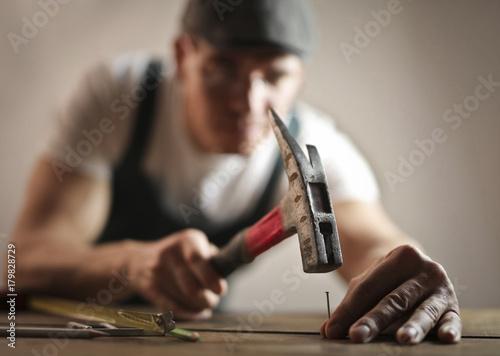 Carta da parati Carpenter hammering a nail
