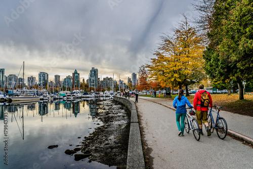 Fototapeta premium Rowerzysta w Stanley Park, Vancouver, Kolumbia Brytyjska, Kanada