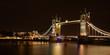 Most Tower Bridge w Londynie, widok w nocy, długi czas naśiwtlania