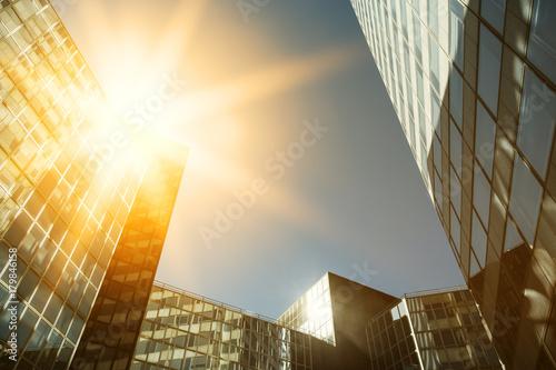 nowoczesne-budynki-w-paryskiej-dzielnicy-biznesowej-la-defense-widok-z-dolu-na-oswietlone-promieniami-budynki