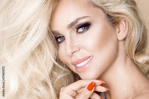 Zdjęcie XXL Portret piękna, uśmiechnięta kobieta z długim blondynka włosy i białymi zębami