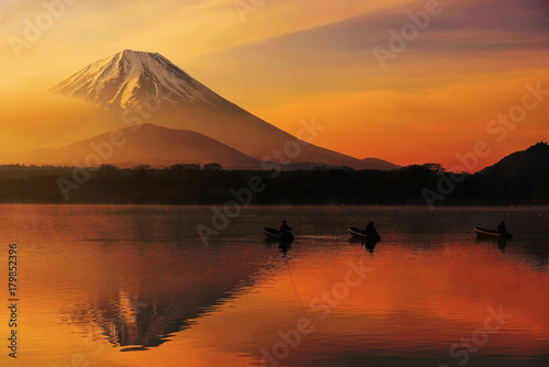 Lake shoji at sunrise with Mt. Fuji Canvas-taulu