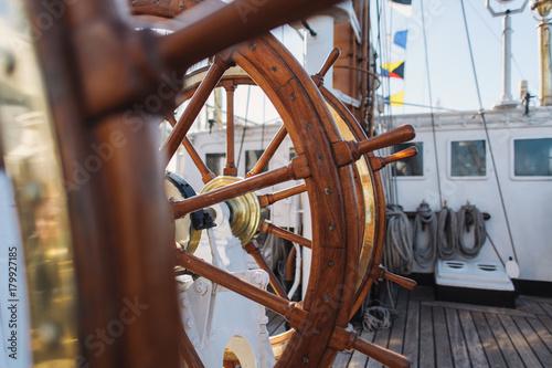 Foto auf AluDibond Schiff Steering Wheel Of Big Sailing Ship