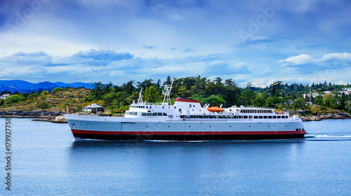 Cuadros en Lienzo  Huge Ferry Leaving Victoria