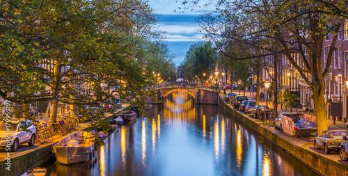 Canal à Amsterdam le soir, Hollande aux Pays-Bas