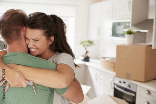 Plakat Przytulanie para świętuje Przeprowadzka do nowego domu
