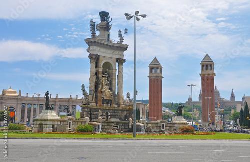 Obraz na dibondzie (fotoboard) Hiszpania kwadrat w Barcelonie, z fontanną i wieżami