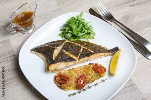 Fotomural Fried flounder with zucchini, tomatoes and arugula