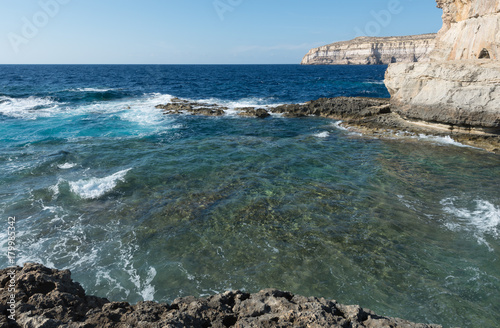 In de dag Kust Northwestern coast of the island of Gozo (Malta). Place where until 2017 was famous stone arc.