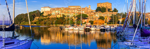 travel in Italy - picturesque tranquil Capodimonte village in lake Bolsena over sunset Tablou Canvas