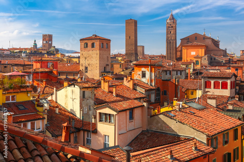 Photo Aerial view of Bologna Cathedral and towers towering above of the roofs of Old T