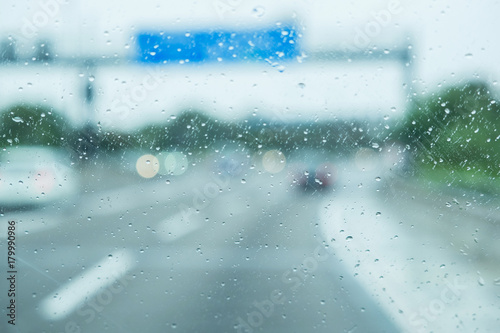 Poster Waterlelies A car is driving on the road in the rain