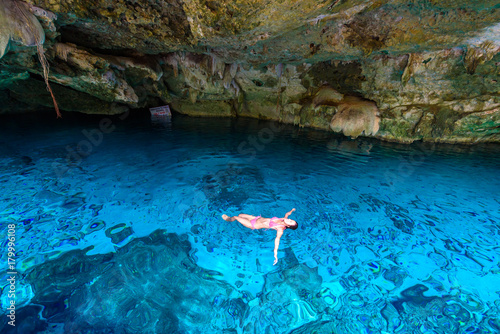 La pose en embrasure Lieu connus d Asie Cenote Dos Ojos in Quintana Roo, Mexico. People swimming and snorkeling in clear blue water. This cenote is located close to Tulum in Yucatan peninsula, Mexico.