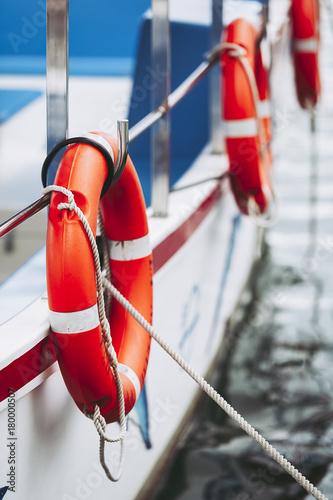 Bouée de sauvetage sur un bateau