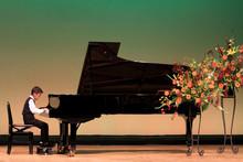 発表会でピアノを弾く...
