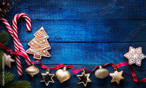 Fotografía  Christmas holidays ornament flat lay; Christmas card background