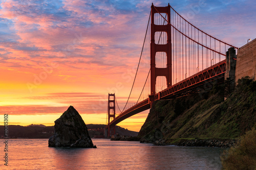 Foto op Canvas San Francisco The Sun Rises over the Golden Gate Bridge in San Francisco