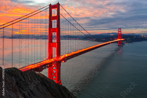 Canvas Print The sun rises over San Francisco and the Golden Gate Bridge