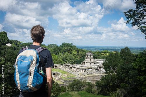 Photo Touriste devant la cité maya de Palenque, Mexique