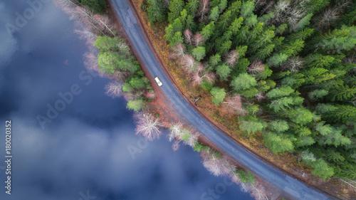 wijaca-sie-droga-wzdluz-jeziora-podczas-jesieni