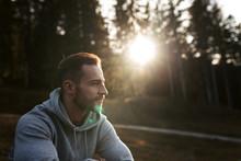 Mann Sitzt Im Wald Und Die Sonne Geht Unter