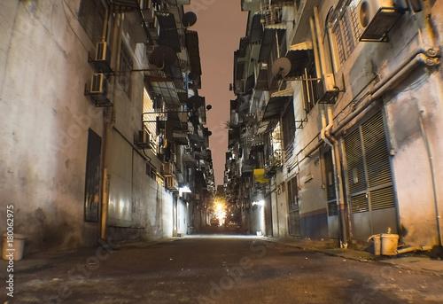 Foto Alley in the night in Kuala Lumpur poor suburb