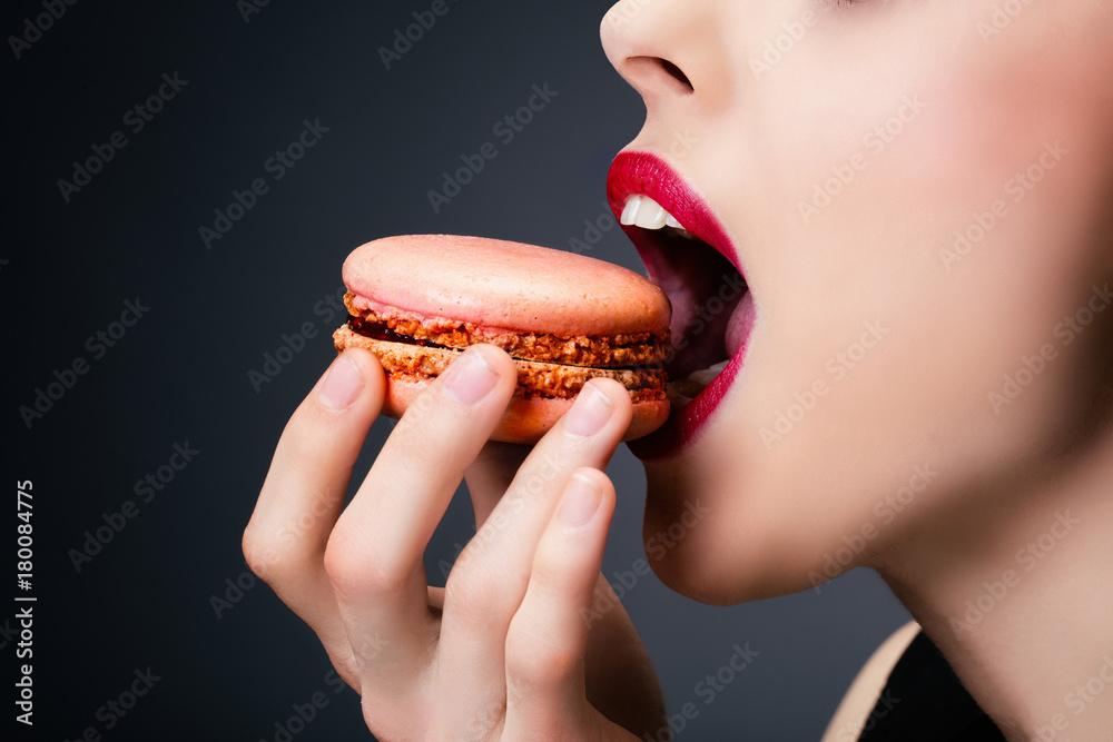 Fototapeta Plan serré d'une jeune fille dégustant un cupcake