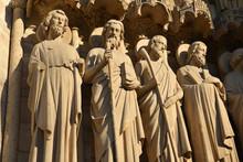 Statues D'apôtres à Notre-Dame à Paris, France