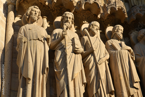 Fotografía  Statues d'apôtres à Notre-Dame à Paris, France