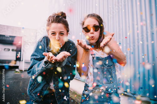 Foto op Plexiglas Picknick Friends celebrating with confetti outdoors