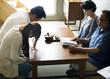 Leinwanddruck Bild - Japanese family paying respect