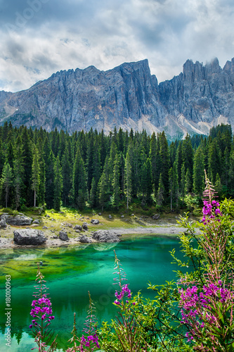 In de dag Blauwe jeans Carezza lake (Lago di Carezza, Karersee) in Dolomites Alps. South Tyrol. Italy