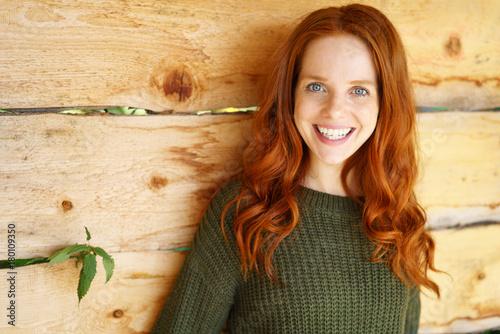 Cuadros en Lienzo glückliche frau mit langen roten haaren und blauen augen
