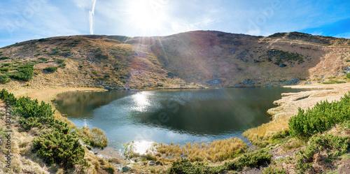 male-gorskie-jezioro-oswietlone-promieniami-letniego-slonca