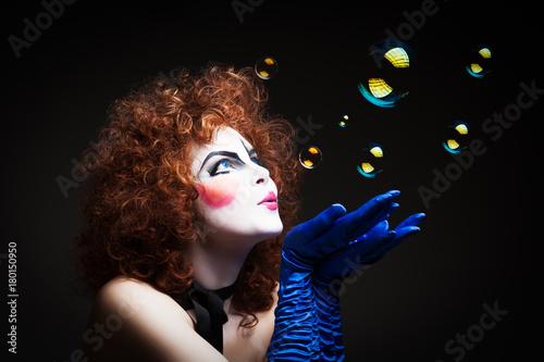 Fotografía  Woman mime with soap bubbles.