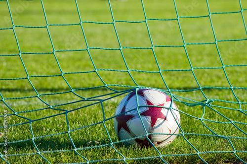 Obraz Ball im Fußballtor - fototapety do salonu