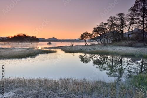 Fotobehang Lavendel 晩秋の風景・夜明けの湖畔