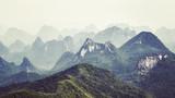 Retro stonowany obraz formacji krasowych wokół Guilin w mglisty dzień. Jest to jedno z najpopularniejszych miejsc turystycznych w Chinach. - 180246975