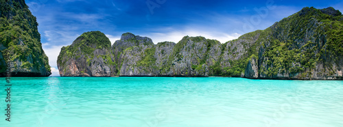 Photo Stands Light blue Maya bay in the Phiphi leh island at Andaman sea wide landscape.