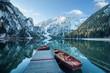 canvas print picture - Klarer Gebirgssee mit Booten und Steg  vor felsiger Gebirgslandschaft