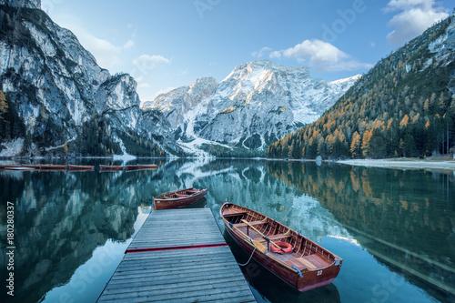 Obraz na plátně Klarer Gebirgssee mit Booten und Steg  vor felsiger Gebirgslandschaft