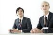 笑顔のスーツ姿の20代の外国人男性と日本人男性