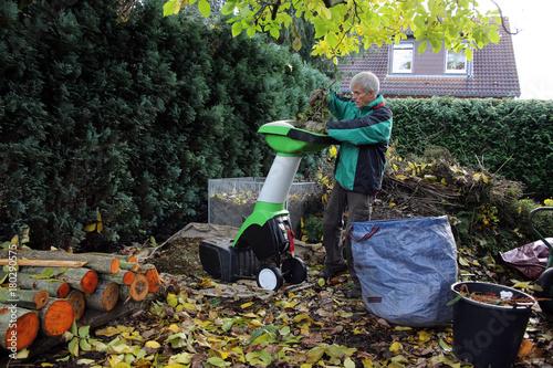 Herbst Arbeitsplatz Im Garten Mit Häcksler Und Kompost Buy This