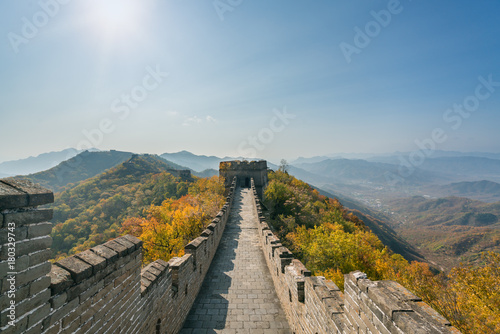 In de dag Chinese Muur China The great wall distant view compressed towers and wall segments autumn season in mountains near Beijing ancient chinese fortification military landmark in Beijing, China.