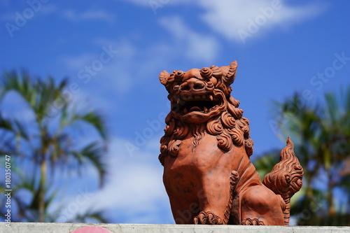 Fototapeta premium Okinawa Sisa i błękitne niebo